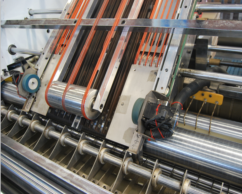 Automatic high speed Front gauge positioning flute laminating machine