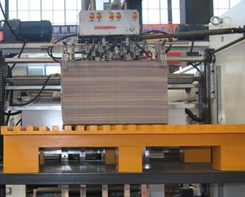 Automatic Back gauge positioning flute laminating machine
